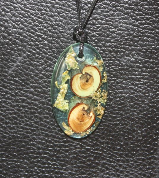 Anhänger aus Holz & Harz mit Blattgold #53